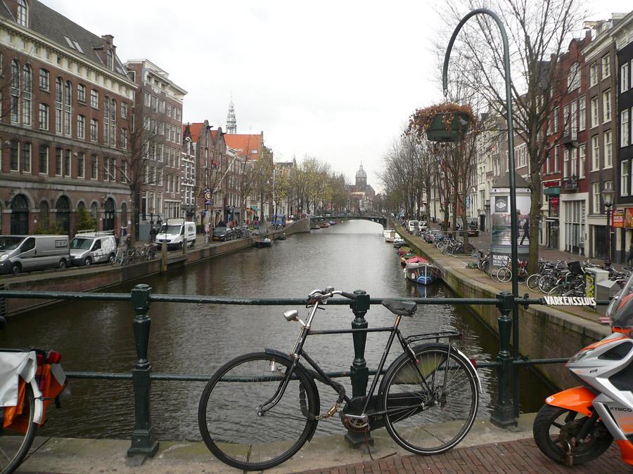Велосипед в Амстерадаме. Вдалеке купол церкови Св. Николая