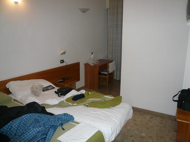 Отель Саньтьяго 3*. Кровать и столик