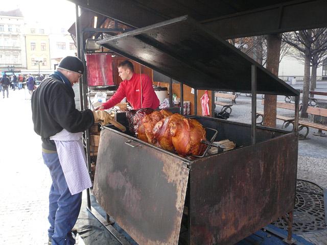 готовят свинину на гриле