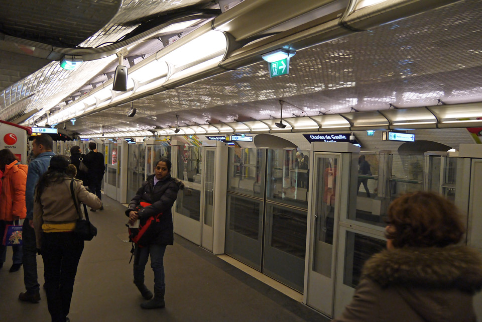 Метро в Париже. Платформа со стеклянными дверьми.