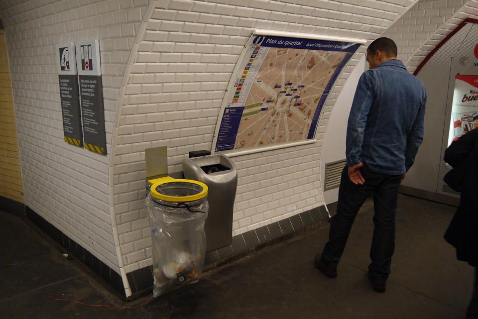 Метро в Париже.  На каждой станции есть карта выходов