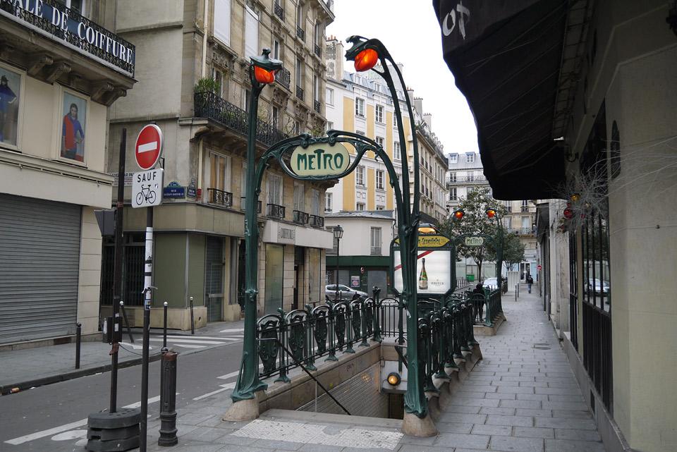 Метро в Париже. Вход в подземку