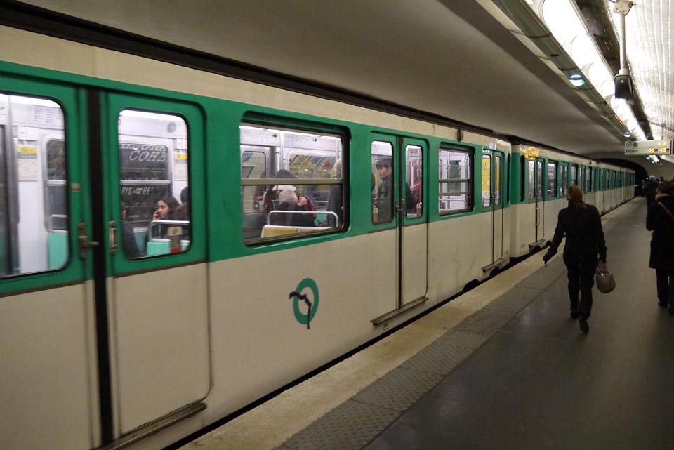 Метро в Париже. Вагон поезда