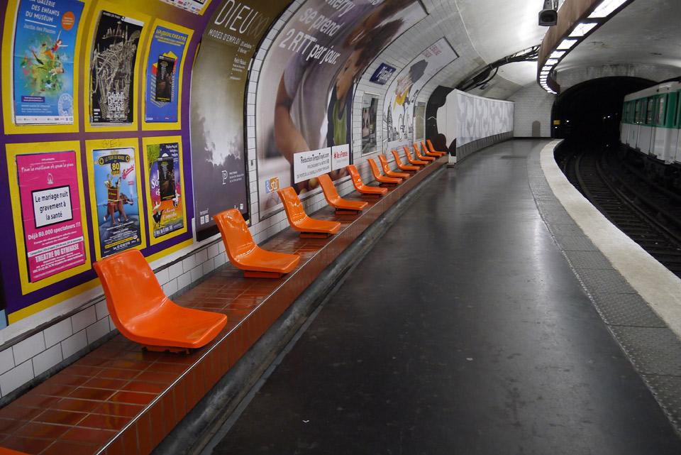 Метро в Париже. Веселые стульчики