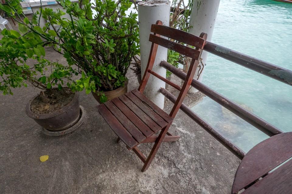 Столик и стул на Ко-Тао