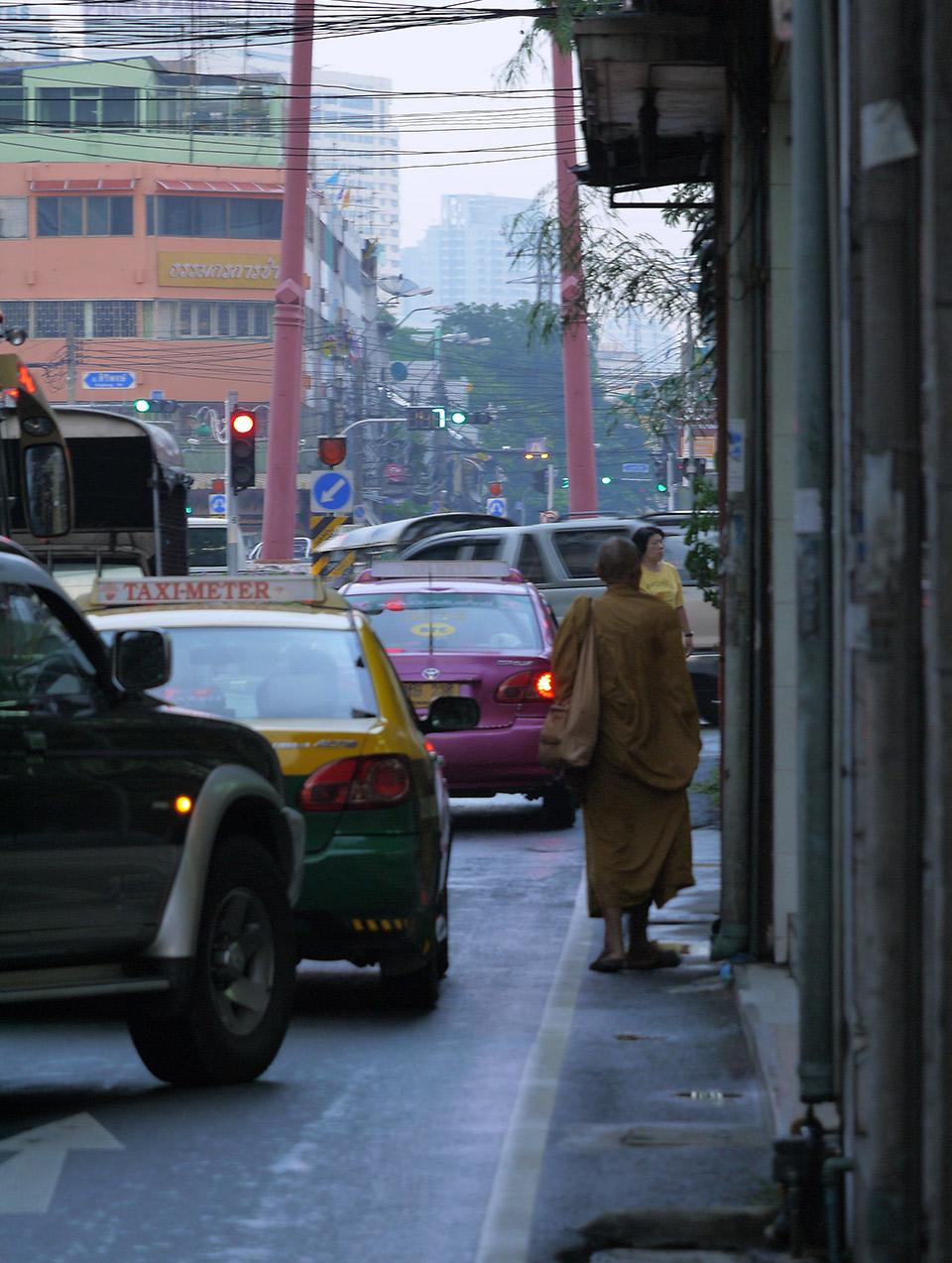 Монах на улицах Бангкока