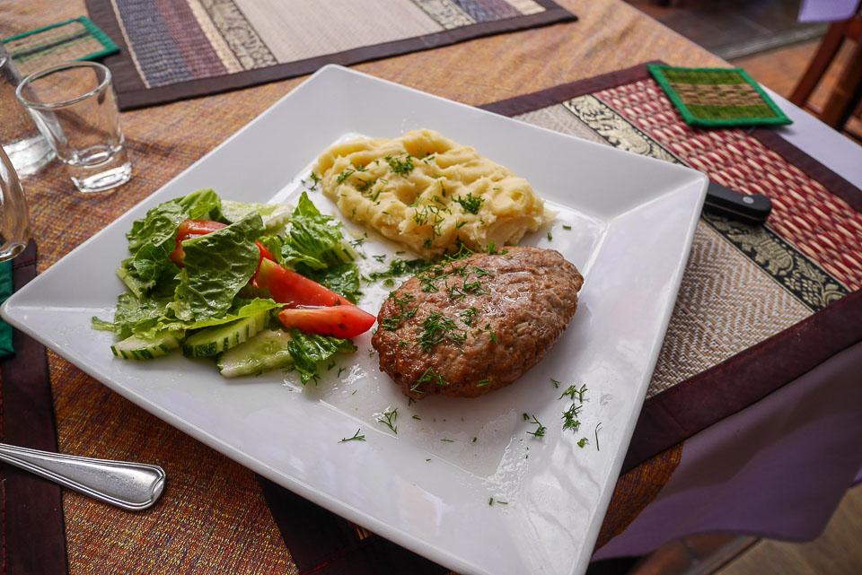 Картошка с котлетой в ресторане Тропикоза