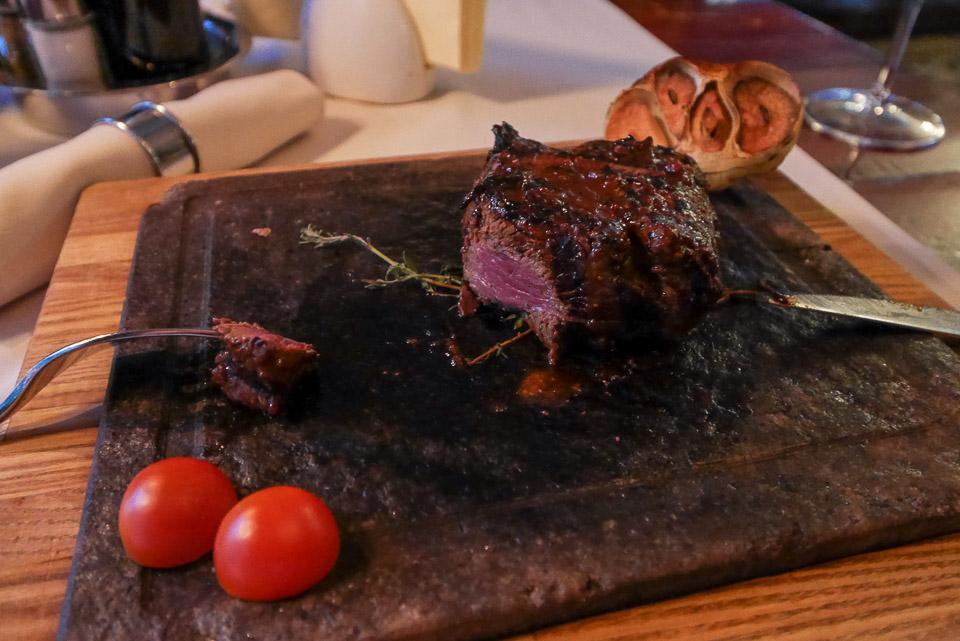 Подача стейка в ресторане Steiku Haoss