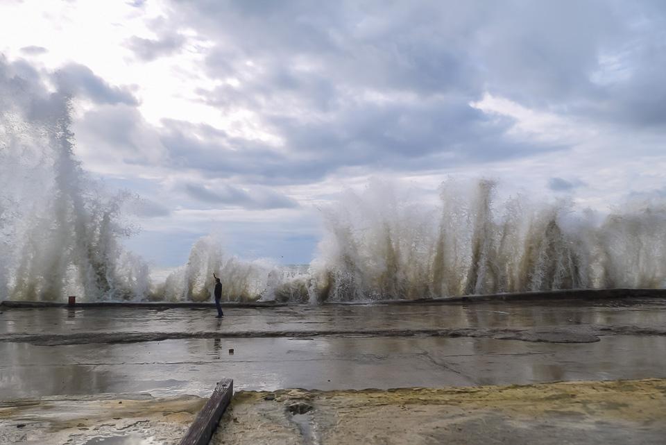 Большие волны в Адлере