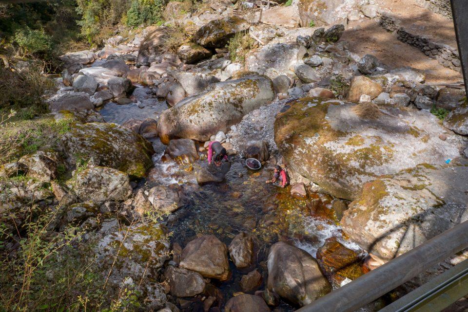 Женщины стирают в реке