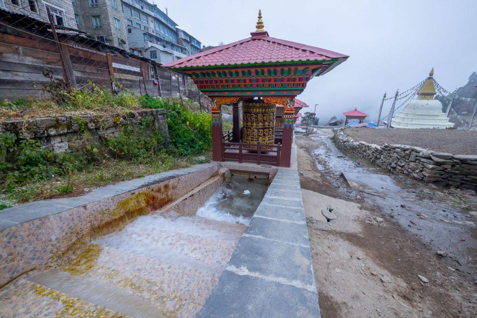 Водопадики и молитвенные барабаны в Намче-Базар