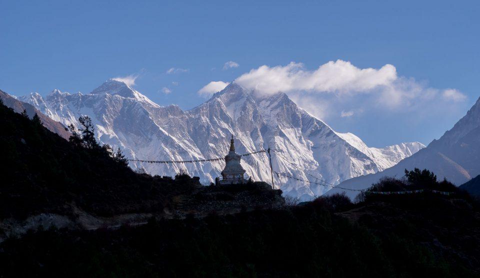 Ступа и Эверест на фоне