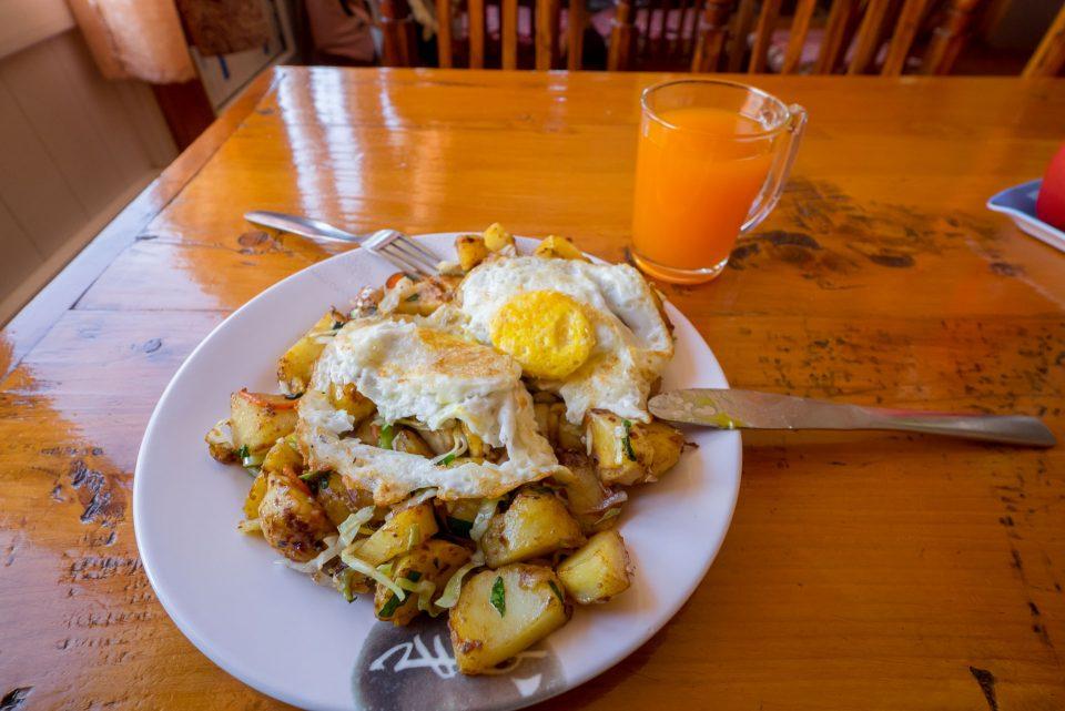Жареная кортошка с овощами и два яйца