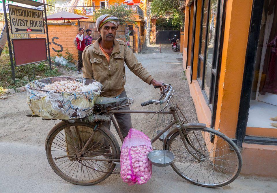 Продавец чеснока