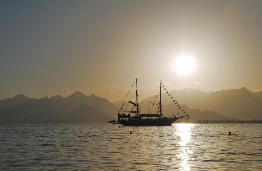 Закат и корабль