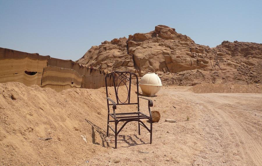 Стул в пустыне